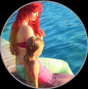 Arielle die kleine Meerjungfrau genießt die Sonne an Land